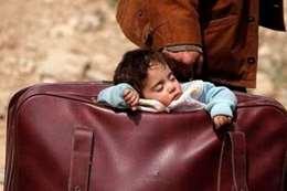 طفلة سورية داخل حقيبة