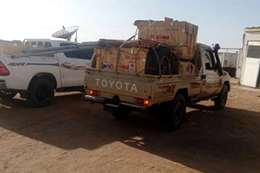 سيارات سودانية تحمل محطة تقوية إذاعية قرب حلايب
