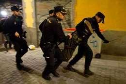 بالصور.. مواجهات عنيفة مع الشرطة في مدريد بسبب وفاة مهاجر