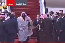 الرئيس السيسي يستقبل ولي العهد أمام الطائرة