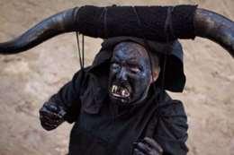 «الشياطين» تتجول في شوارع لوزون الإسبانية