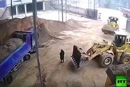 سائق جرار يدفن سيدة حية تحت الرمال بمحطة في الصين