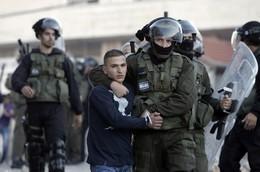 الاحتلال يعتقل فلسطينيًا في الخليل