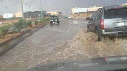 الأمطار الغزيرة تعطل الدراسة بمناطق سعودية