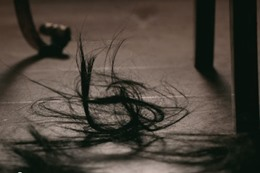 امرأة قصت شعرها