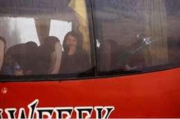 حافلة تقل مقاتلي المعارضة السورية وأسرهم تغادر دوما بسوريا يوم الاثنين