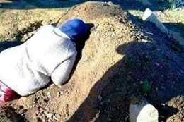 ام جزائرية تبكي على قبر ابنها