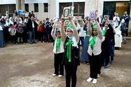 طلاب يرفعون المصحف