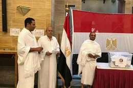 مصريون يشاركون بالاستفتاء على الدستور بملابس الإحرام بجدة