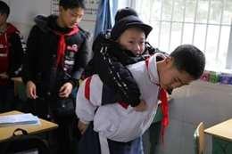 طالب يحمل صديقة المعاق يوميًا بالمدرسة