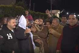 الأهالي يحتفلون أمام مركز شرطة ههيا