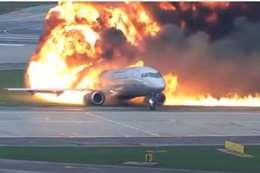 الطائرة مشتعلة بالنيران