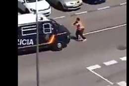 الرجل يهاجم الشرطة