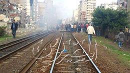 بالصور.. أهالي الإسكندرية يقطعون السكة الحديد
