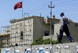 متظاهرون يرفعون الأحذية أمام السفارة التركية