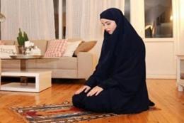 إمرأة كافرة تصلي وتقرأ القرآن