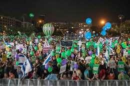 آلاف الإسرائيليين يتظاهرون دفاعًا عن حل الدولتين
