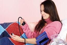 تحذير من قياس ضغط الدم بالمنزل
