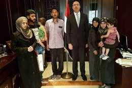 السفير المصري خلال استقباله أسر مصرية بمقر السفارة في دمشق