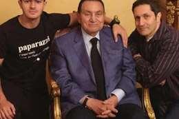 «مبارك» مع نجله علاء وحفيده