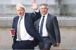 بعد تعافيه من كورونا.. جونسون يلوّح لمواطنيه في شوارع لندن