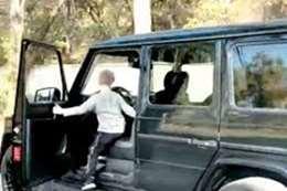 طفل عمره 5 سنوات يقود سيارة دفع رباعي