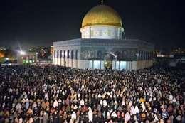 الفلسطينيون يحيون ليلة القدر بالمسجد الأقصى
