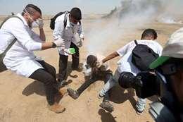 لحظة إصابة شاب بقنبلة غاز اخترقت وجهه خلال المظاهرات على السياج الفاصل شرق غزة .