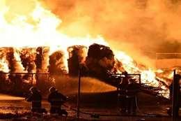 مروع .. حريق بمستودع يضم 3 آلاف سيارة بالكويت