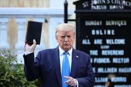 الرئيس الأمريكي يحمل الإنجيل