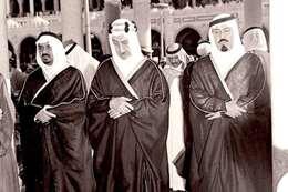 صورة نادرة للملك فيصل والملك عبد الله في الصلاة بالحرم