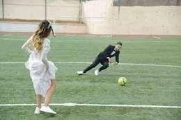 حارس مرمى شهير يحتفل بزفافه مع عروسه
