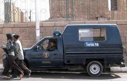 شرطة السياحة تضبط بائع متجول أثناء نصبه على السياح بالأقصر