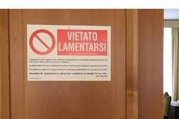 اللافتة على باب مقربابا الفاتيكان