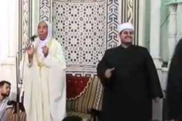 المبتهل يغني من داخل المسجد