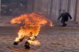 شاب يشعل النار في جسده (أرشيفية)