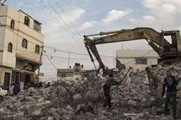 فلسطينيون يهدمون منزلهم رافضين السماح للمستوطنين العيش فيه