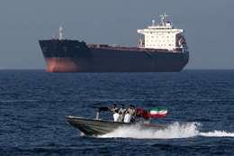 إيران تحتجز ناقلة نفط أثناء عبورها مضيق هرمز