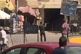 بالفيديو.. مجهول يطلق النار على المواطنين بموقف أحمد حلمي