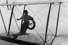 فيديو يفوق الخيال.. تركيب إطار طائرة وهي تحلق في الجو