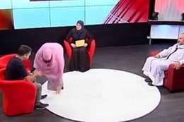 تقبل قدم زوجها على الهواء مباشرة في برنامج تلفزيوني