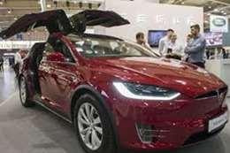 """قرار مفاجيء من """"تسلا"""" بخفض أسعار سياراتها.. لن تتخيل المبلغ"""