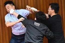 الاشتباك بين اعضاء البرلمان