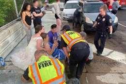 عروس تنزل بفستان الفرح لمساعدة مصابة في حادث تصادم