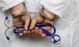 اول حكم بإدانة طبيب تسبب بوفاة فتاة اثناء عملية ختان