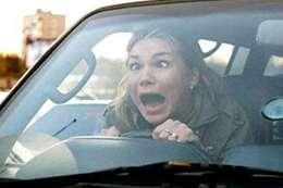 سيدة تقود سيارة