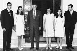 صورة عائلية لــ«عبدالناصر» ومعه أشرف مروان زوج ابنته