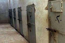 """عقوبة غريبة يفعلها """"داعش"""" داخل السجون"""