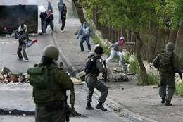 جنود الاحتلال يعتدون على فلسطينيين
