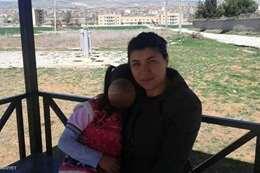 أمينة وابنتها في صورة جمعتهما قبل مقتل الأم على يد طليقها